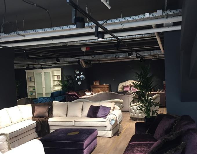 Освещение мебельного павильона шинными светильниками в черном корпусе на подвесах с креплением на неструктурированный потолок
