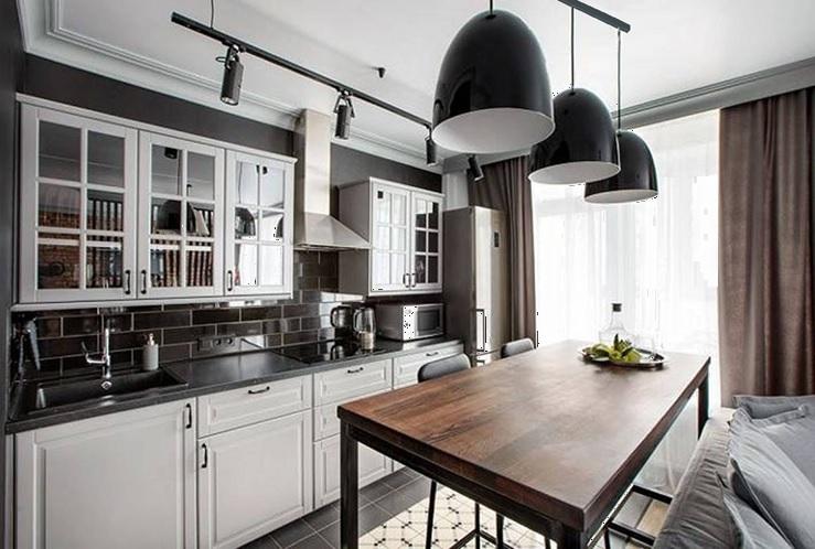 Подвесные трековые светильники на кухне в классическом стиле.