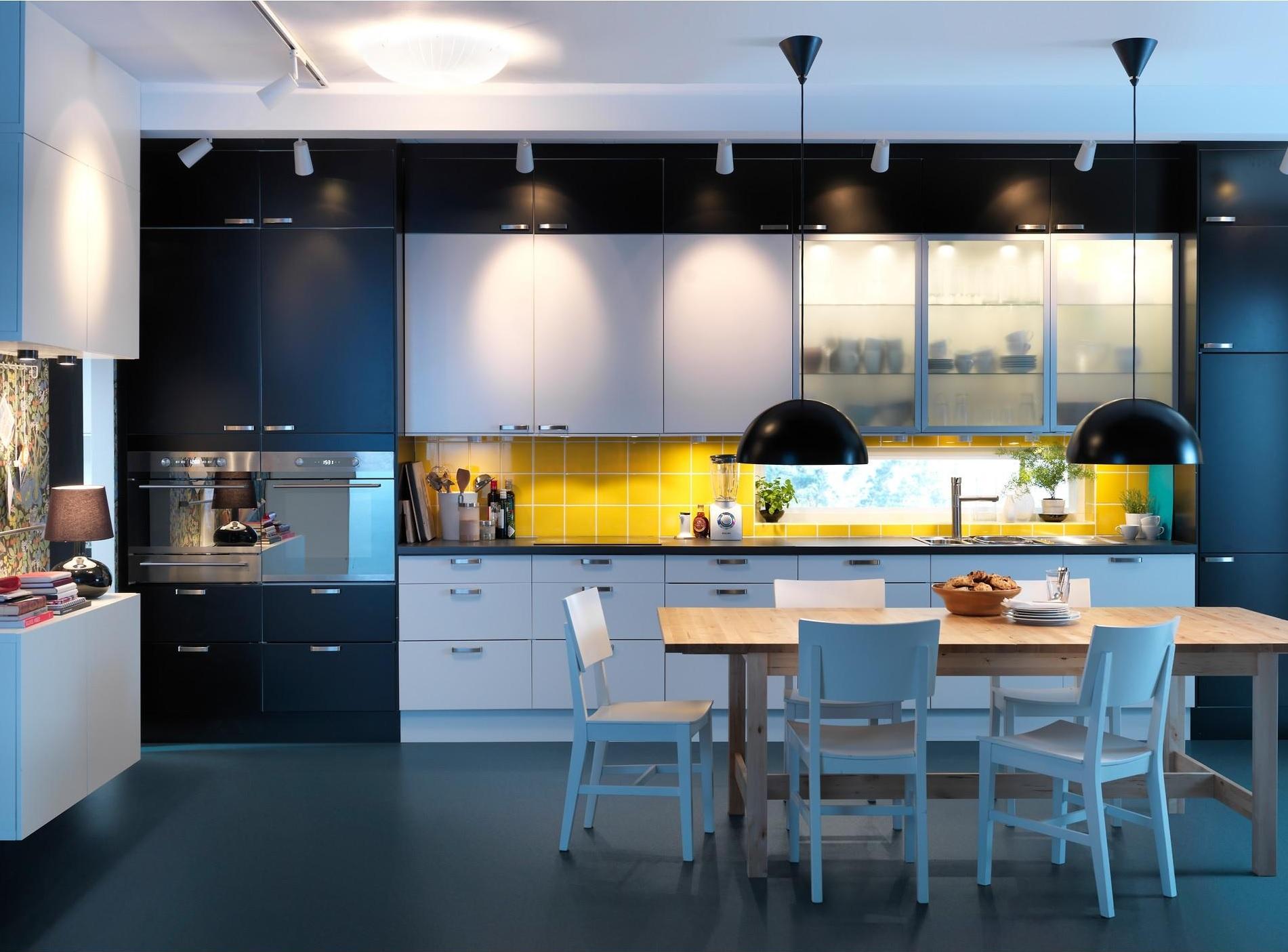 Классический пример применения трековых светильников на кухне
