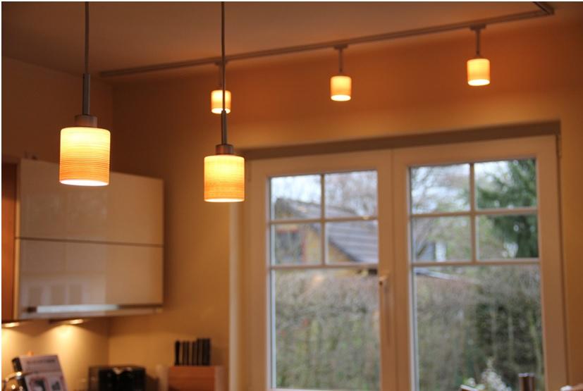 Освещение кухни трековыми светильниками рассеянного света