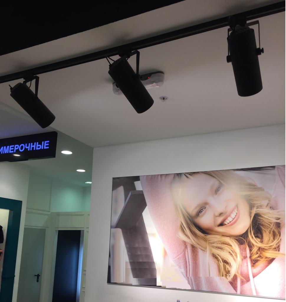 Пример подсветки рекламного постера в зоне кассы трековыми светильниками