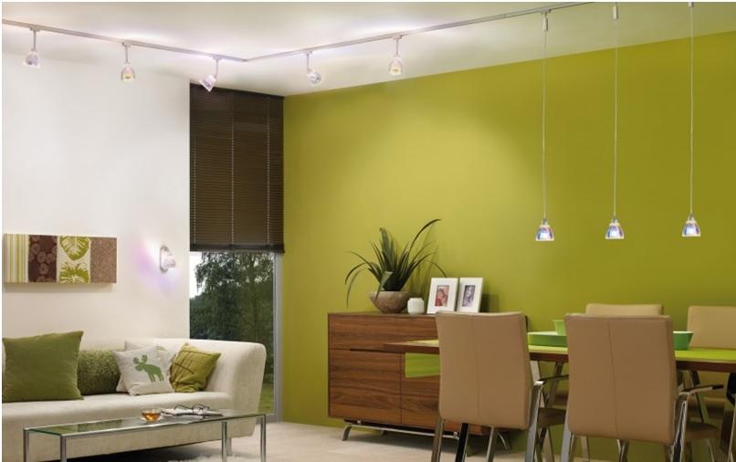 Подвесные светильники и светильники споты на одном треке в интерьере квартиры