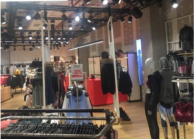 Еще один вариант освещения магазина одежды без структурированного потолка шинными светильниками на подвесах