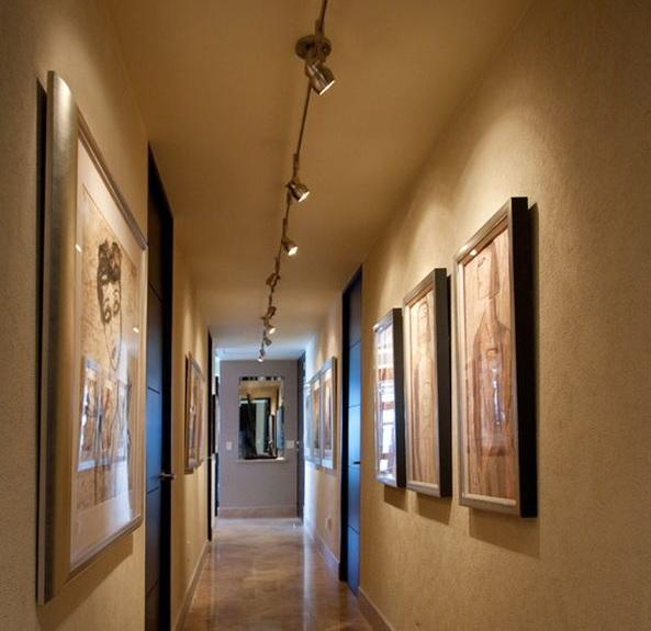 Подсветка картин в коридоре шинными светильниками на треке
