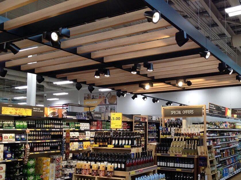 Освещение стеллажей с напитками в супермаркете трековыми светильниками